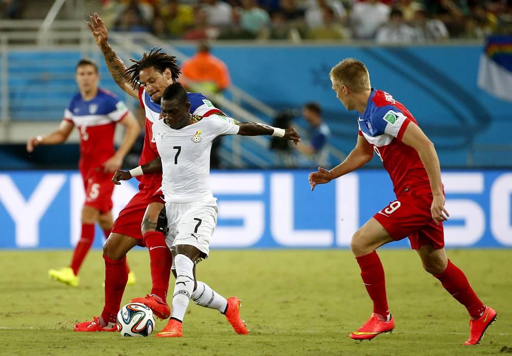 Кристиан Атсу в борьбе с американскими футболистами