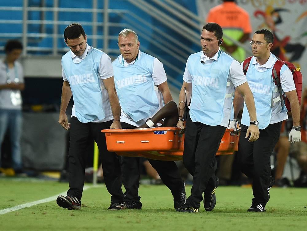 Медики уносят с поля игрока сборной США Джози Алтидора