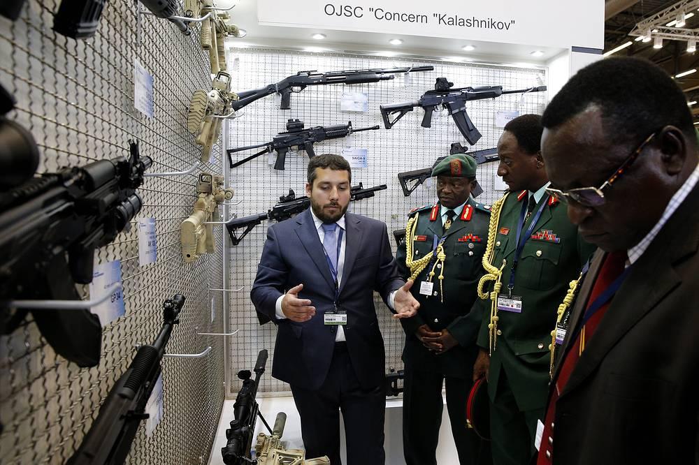 """Представитель концерна """"Калашников"""" показывает оружие офицерам из Танзании"""