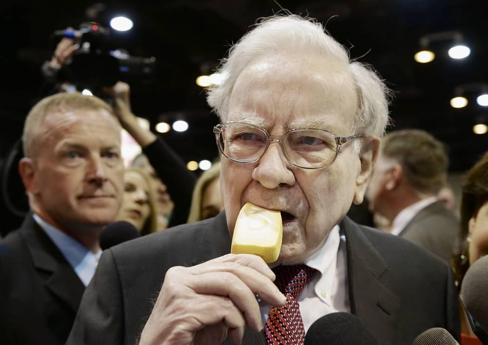 Председатель и генеральный директор Berkshire Hathaway Уоррен Баффет ест мороженое на выставке перед ежегодным собранием акционеров компании. Штат Небраска, 2014 год