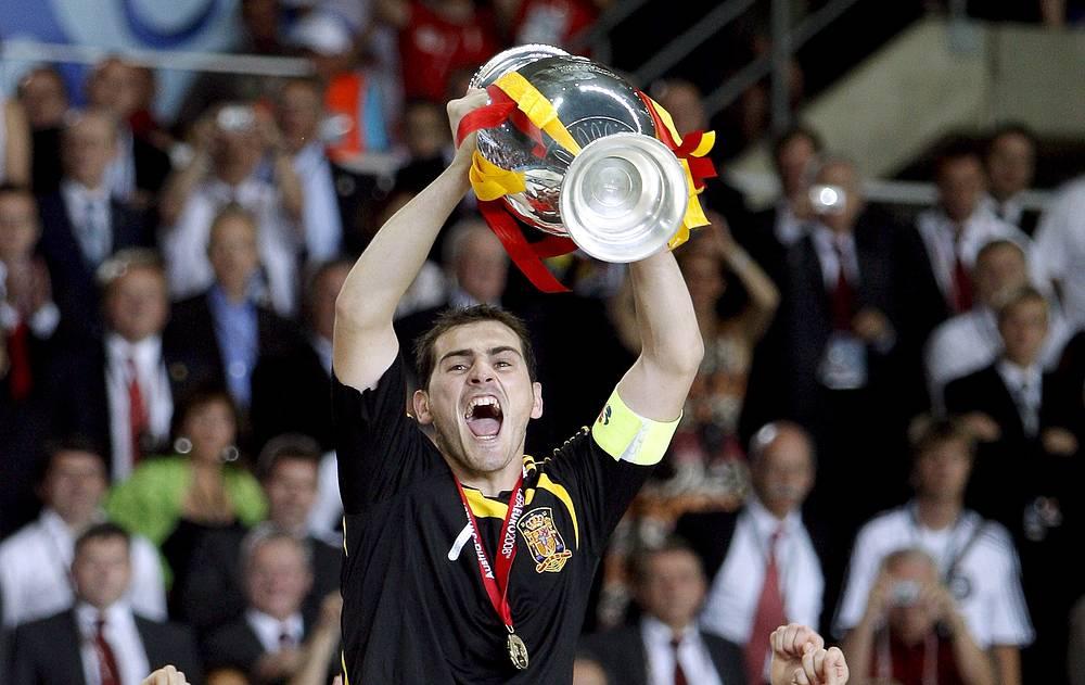 Вратарь сборной Испании Икер Касильяс празднует победу на Евро-2008
