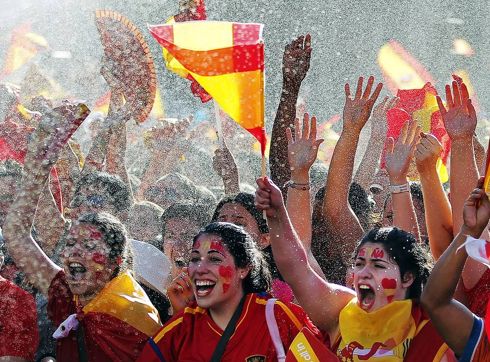 Чествование испанской сборной на улицах Мадрида после победы в финале Евро-2012