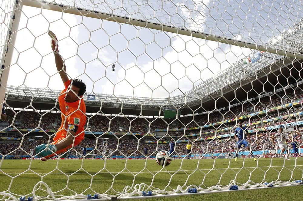 В концовке первого тайма мяч влетел в ворота итальянского голкипера Джанлуиджи Буффона после удара Брайана Руиса