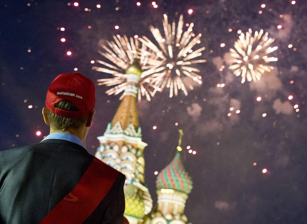 Праздничный фейерверк на Красной площади