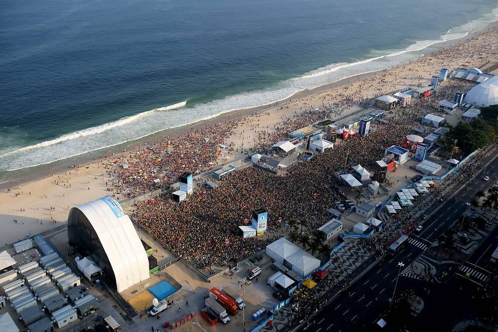 Трансляция футбольного матча между сборными Бразилии и Мексики в официальной фан-зоне на пляже Копакабана в Рио-де-Жанейро
