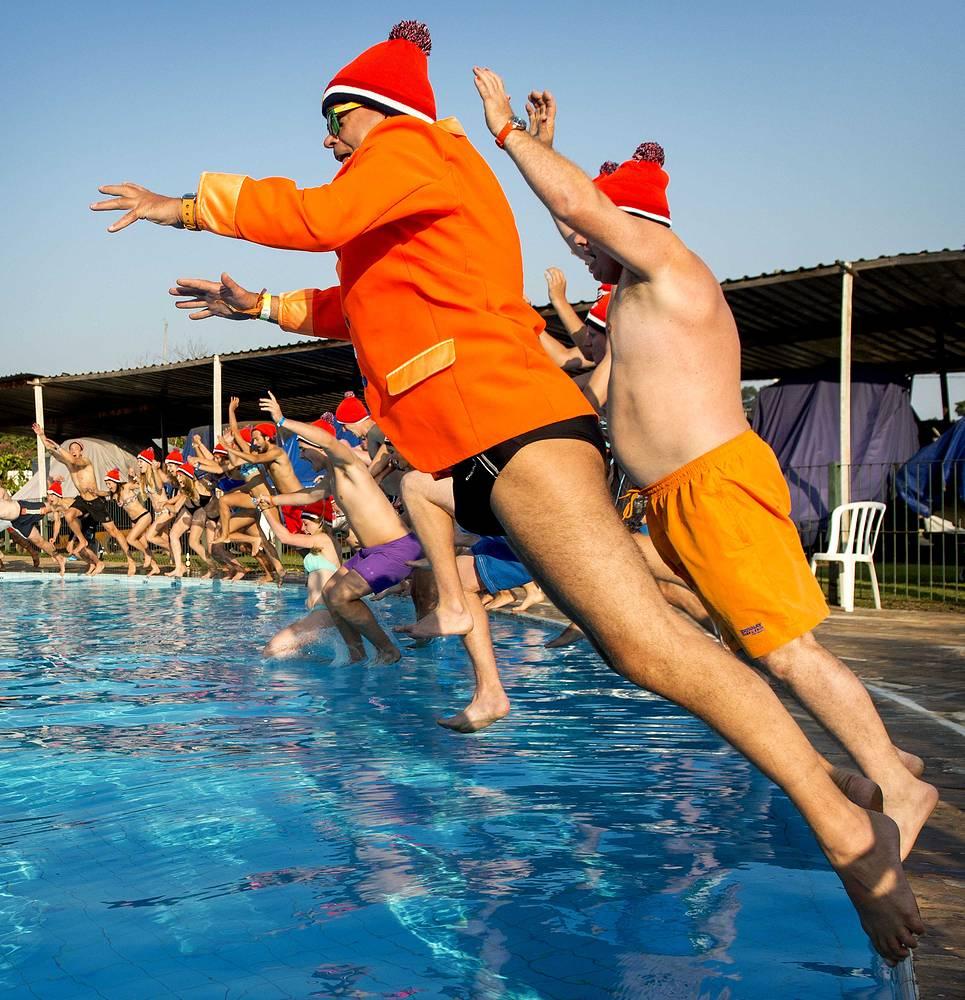 Футбольные болельщики из Нидерландов могут позволить себе мгновенья радости - национальная сборная стала первой командой, прошедшей в 1/8 финала чемпионата мира