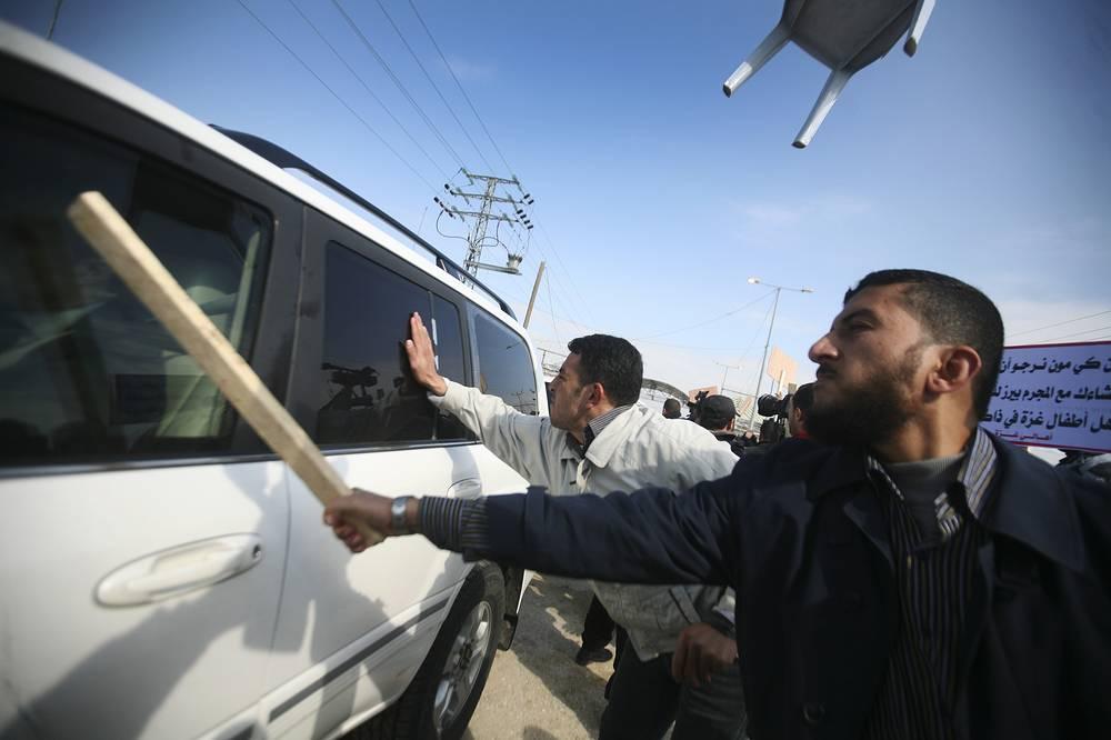 2012 год. В секторе Газа ботинками и камнями забросали транспортную колонну, в которой передвигался Генеральный секретарь ООН Пан Ги Мун. Участниками нападения были палестинцы, они обвиняли генсека в том, что он отказался от встречи с семьями палестинских заключенных, находившихся в израильских тюрьмах