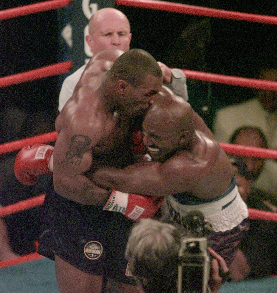 Одним из самых известных случаев укуса противника в спорте является инцидент между боксерами Майком Тайсоном и Эвандером Холифилдом в поединке 28 июня 1997 года. В ходе встречи Тайсон откусил Холифилду дарвинов бугорок правого уха, однако поединок не был остановлен. В одном из последующих раундов Тайсон еще раз укусил Холифилда за ухо, но теперь уже за левое, однако это ухо осталось цело
