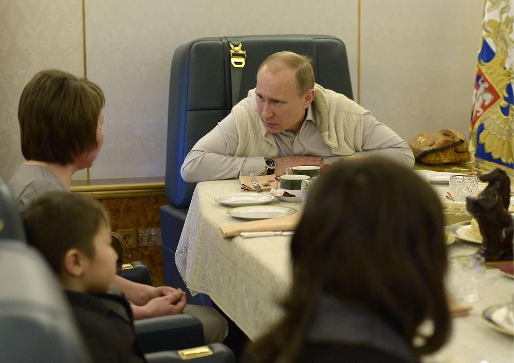Президент России Владимир Путин на борту президентского самолета во время рабочей встречи, 2003 год