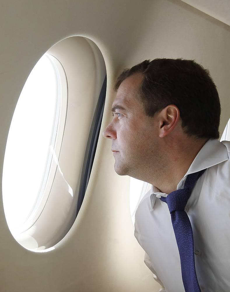 Премьер-министр РФ Дмитрий Медведев в самолете во время перелета на Курильские острова, 2012 год