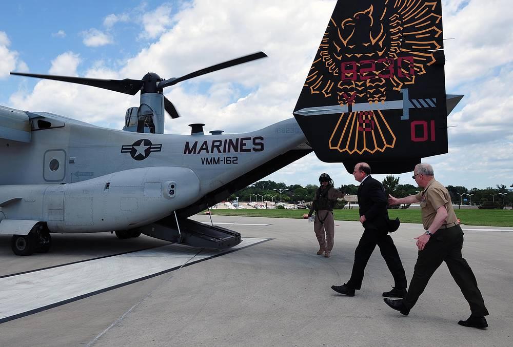 Министр обороны Израиля Моше Яалон (в центре) в Пентагоне, штат Вирджиния, США, 2013 год