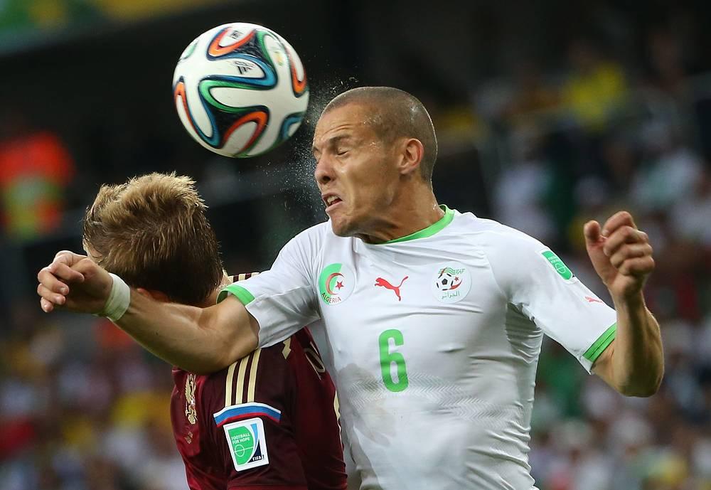 Игрок сборной Алжира Джамель Месба выигрывает верховой мяч