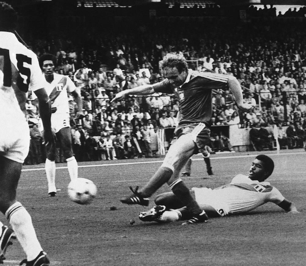 Команда Перу (в белой форме) не может пробиться в финальную стадию чемпионов мира с 1982 года. Тогда перуанцы не смогли выйти из группы, как и в 1930 и 1978 годах.