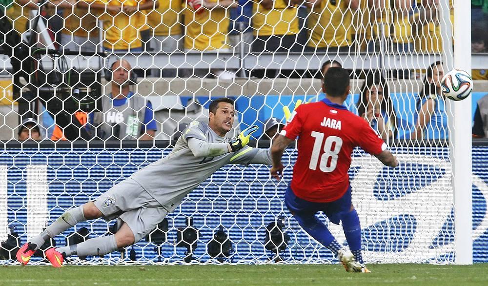 Гонсало Хара попадает в штангу и выводит бразильцев в 1/4 финала