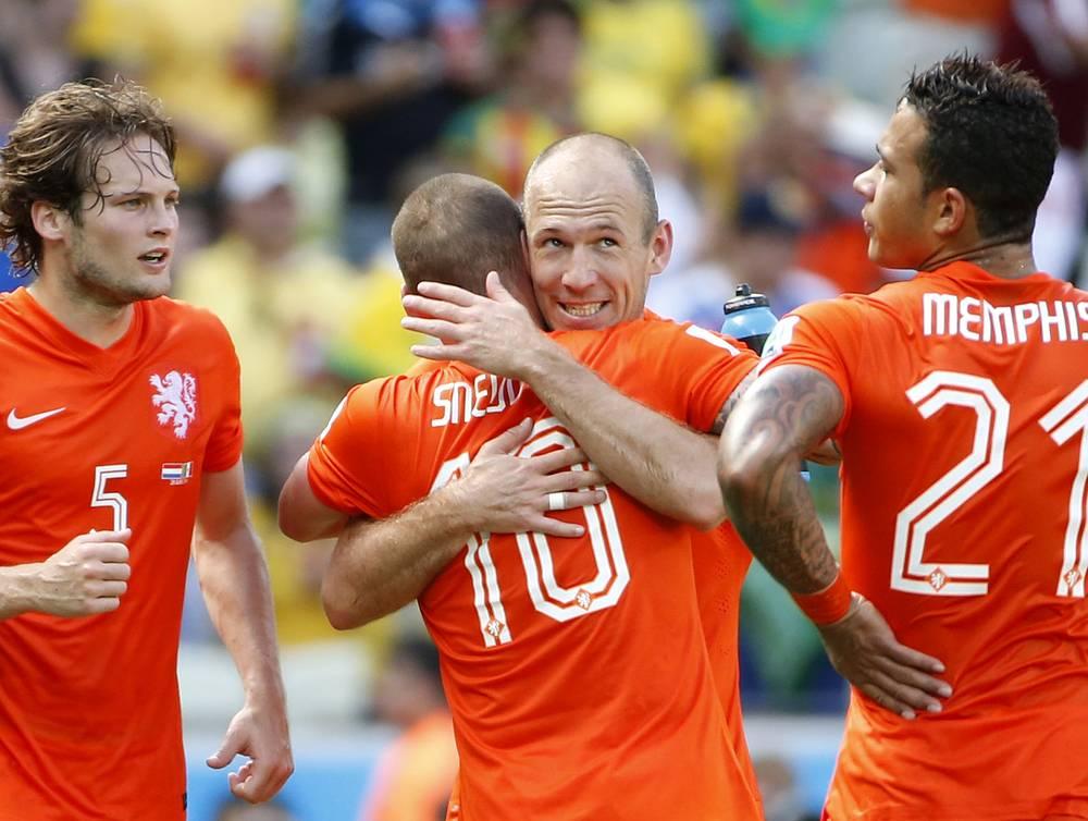 Команда Нидерландов радуется забитому мячу