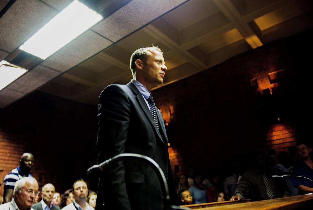 Первое судебное слушание по делу Писториуса состоялось15 февраля. Спортсмену было выдвинуто обвинение - предумышленное убийство. Паралимпиец также обвиняется в том, что он выстрелил под столом ресторана в Йоханнесбурге, а также разрядил пистолет в воздух через люк автомобиля своего приятеля. Кроме того, у него дома были обнаружены патроны, на которые нет лицензии