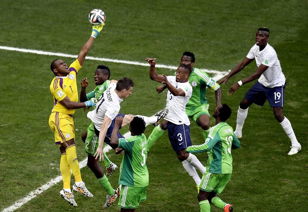 Голкипер сборной Нигерии Винсент Эньеама ошибся на выходе и не смог помешать Погба открыть счет