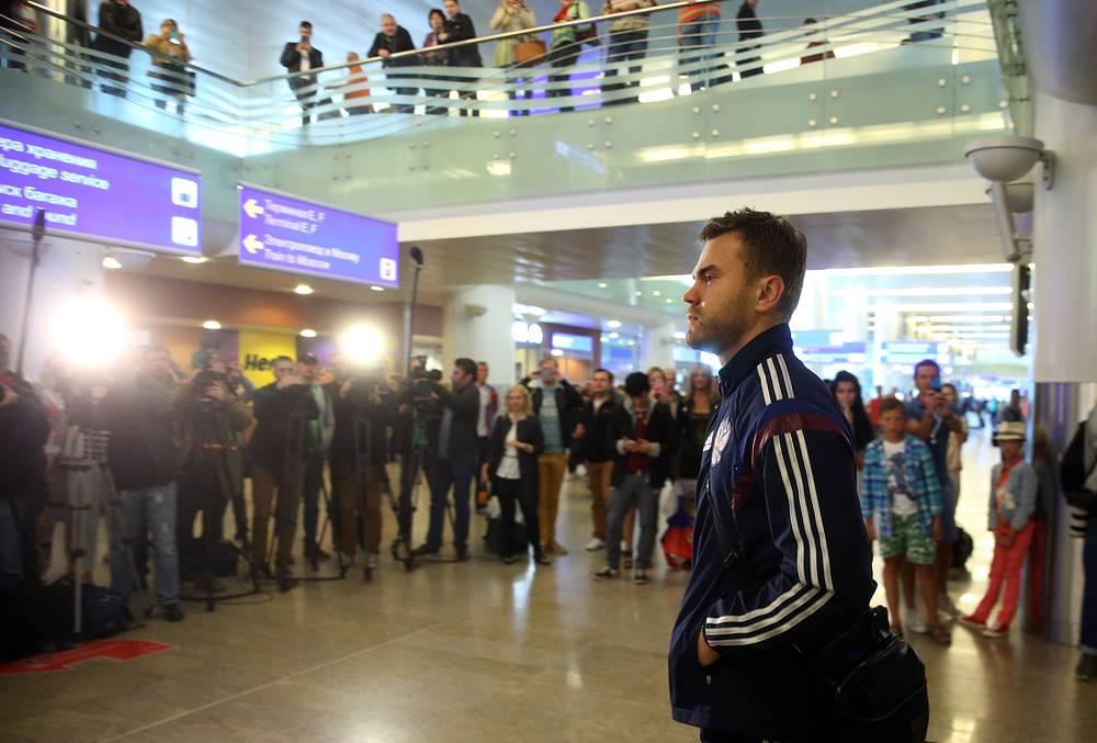Вратарь сборной России по футболу Игорь Акинфеев в аэропорту Шереметьево