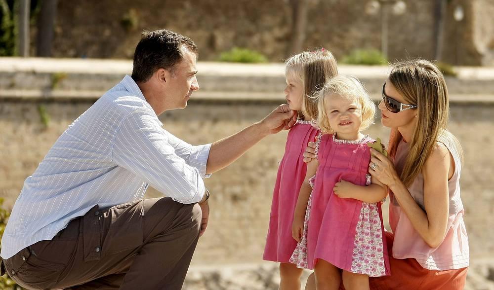 Король Испании Фелипе с женой Летисией и дочерьми Леонор и Софией во время летних каникул в Пальма-де-Майорка, 2009 год