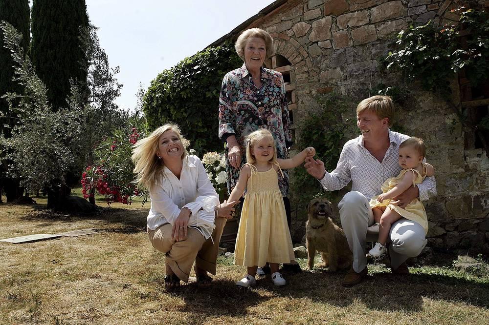 Король Нидерландов Виллем-Александр с матерью Беатрикс, женой Максимой и дочерьми Катариной-Амалией и Алексией во время летних каникул в своей резиденции в Тавернелле, Италия, 2006 год