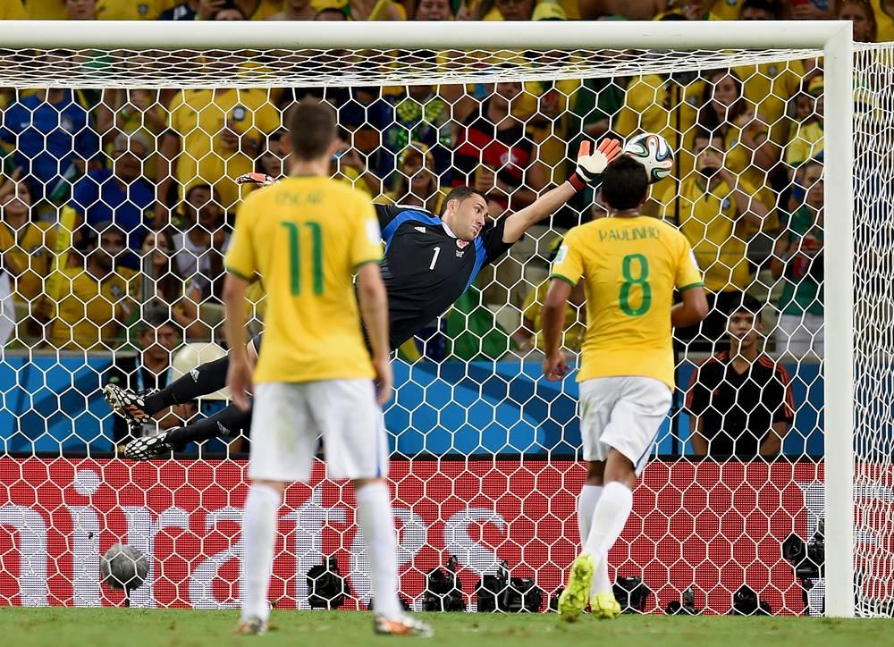 Мяч влетает в ворота Давида Оспины после удара защитника бразильцев Давида Луиса