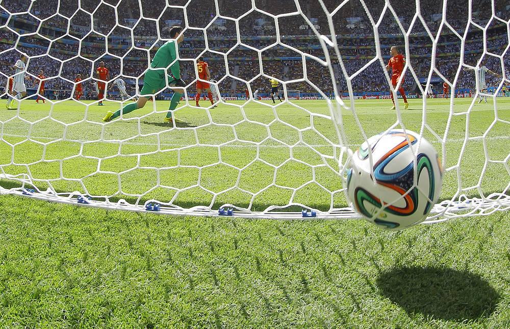 Мяч в воротах сборной Бельгии