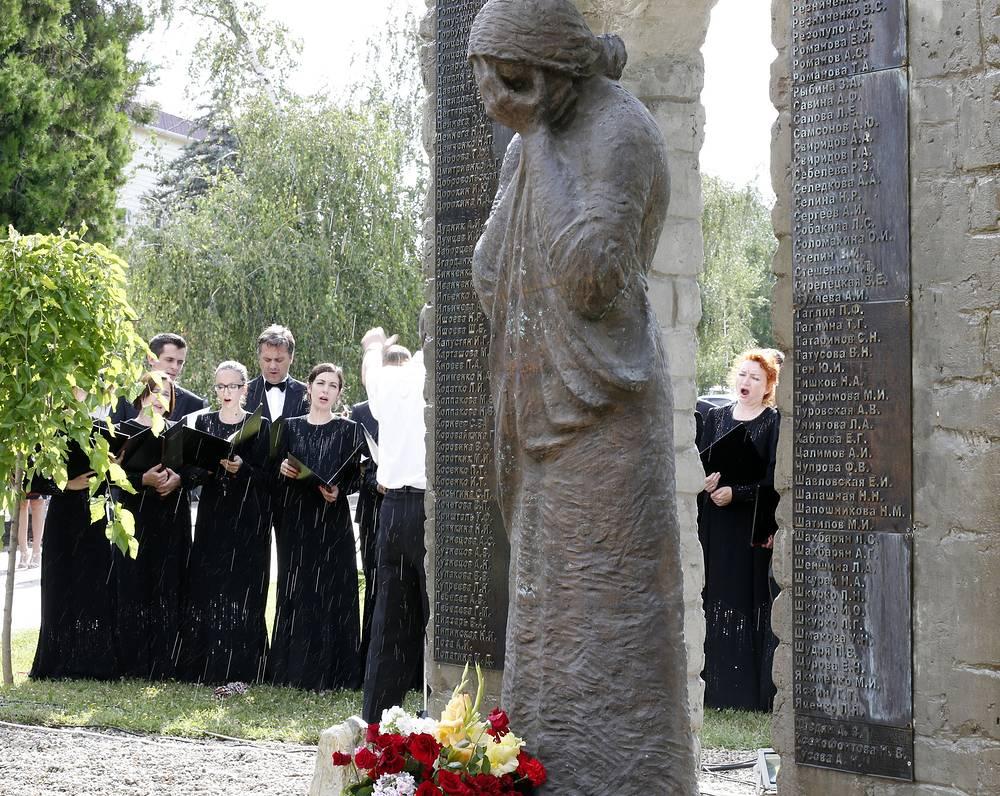Мемориал, открытый ровно через год после наводнения, представляет собой бронзовую фигуру женщины, скорбящей по родным