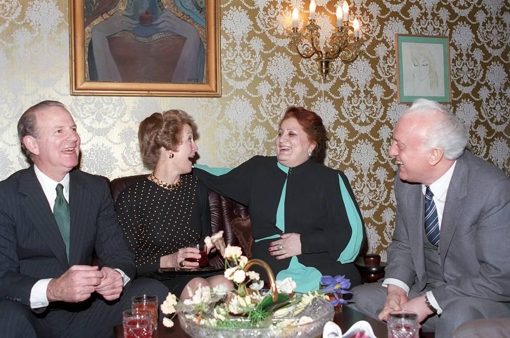 Госсекретарь США Джеймс Бейкер и министр иностранных дел СССР Эдуард Шеварднадзе с супругами во время встречи в Москве, 1990 год