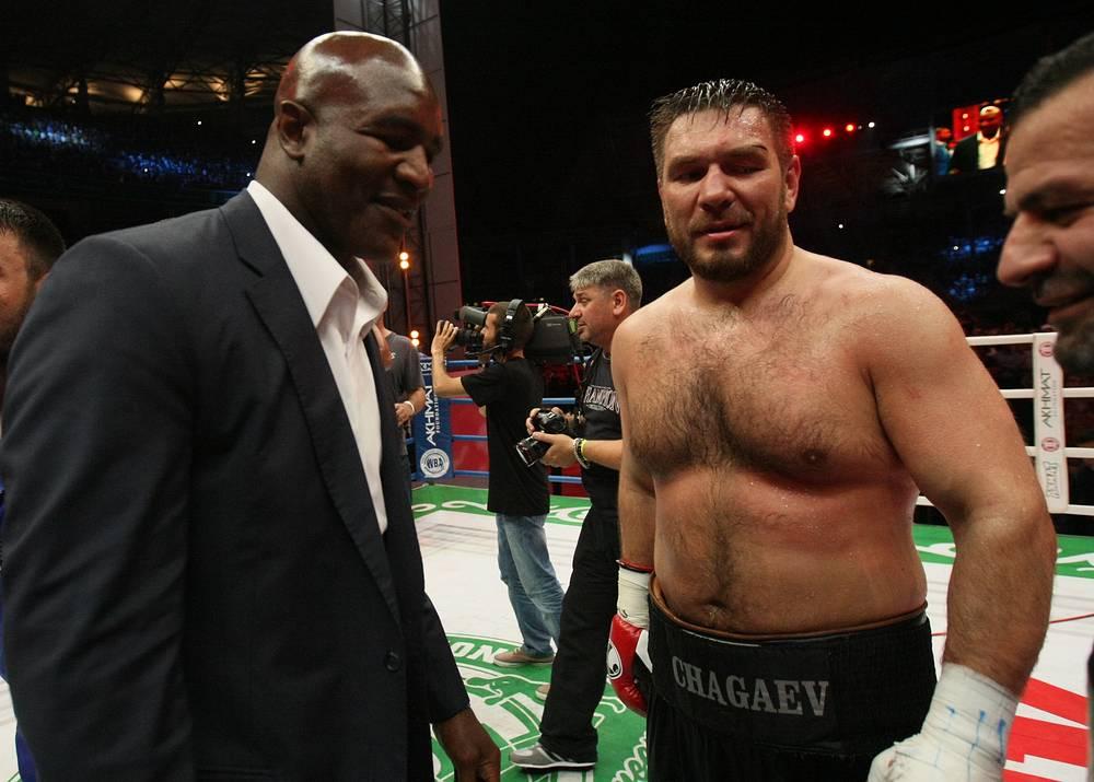 Руслан Чагаев с американским боксером Эвандером Холифилдом (слева)