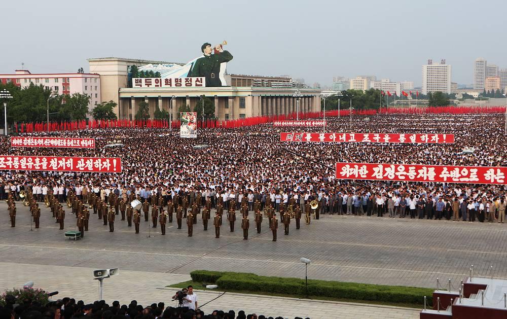 25 июня 1950 года начался вооруженный конфликт между Северной и Южной Кореей, расколовший некогда единый народ на две части. Спустя три года после заключения перемирия на полуострове образовалось два новых государства - КНДР и Республика Корея. В Пхеньяне отметили 64-ю годовщину начала войны торжественным парадом на Площади имени Ким Ир Сена