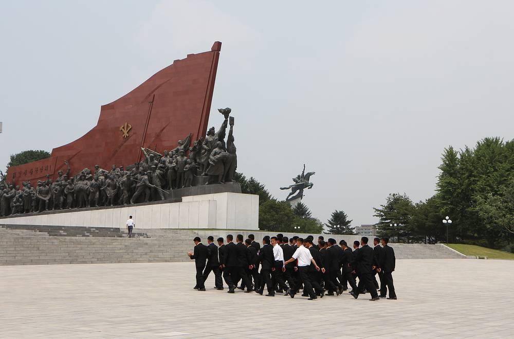 Северокорейцы организованно посещают холм Мансудэ, чтобы возложить цветы или просто поклониться памятникам Ким Ир Сену и Ким Чен Иру. Монумент на дальнем плане - 46-метровый памятник Чхоллиму - мифическому крылатому коню
