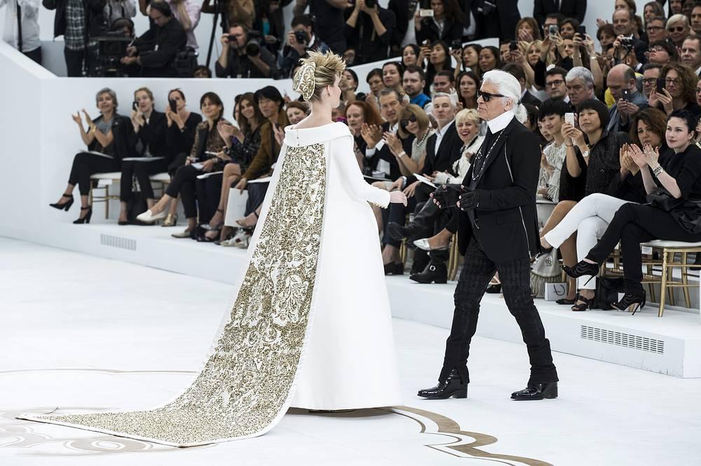 Карл Лагерфельд во время показа Chanel