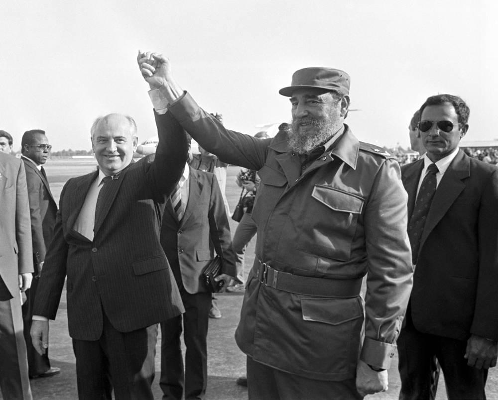 Михаил Горбачев и Фидель Кастро во время проводов в аэропорту Гаваны, 1989 год