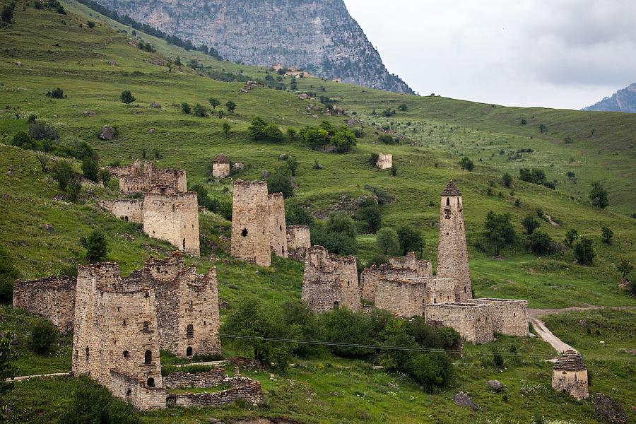 Сердце горной Ингушетии. Отсюда начала распространяться древняя архитектура, встречающаяся здесь на каждом шагу. Один из крупнейших комплексов — Эгикал.