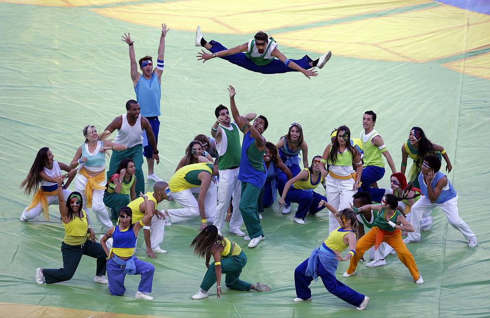 Танцевальное шоу перед решающей игрой мирового первенства