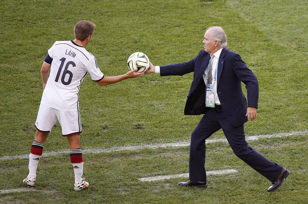 Главный тренер сборной Аргентины Алехандро Сабелья передает мяч капитану немецкой команды Филиппу Ламу