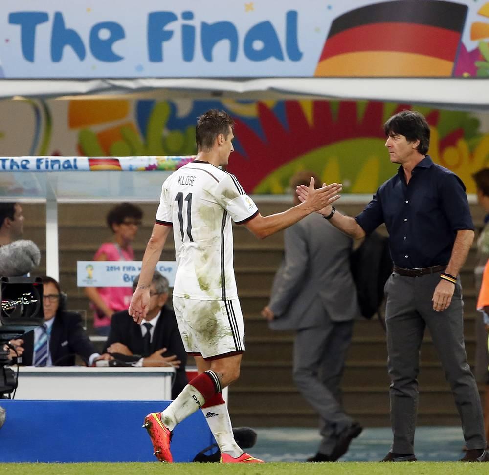 Немцу Мирославу Клозе (слева) не удалось обновить рекорд по количеству мячей на чемпионатах мира