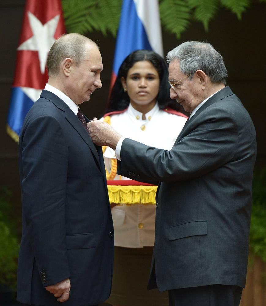 Рауль Кастро награждает Владимира Путина орденом Хосе Марти во Дворце Революции в Гаване, Куба, 12 июля