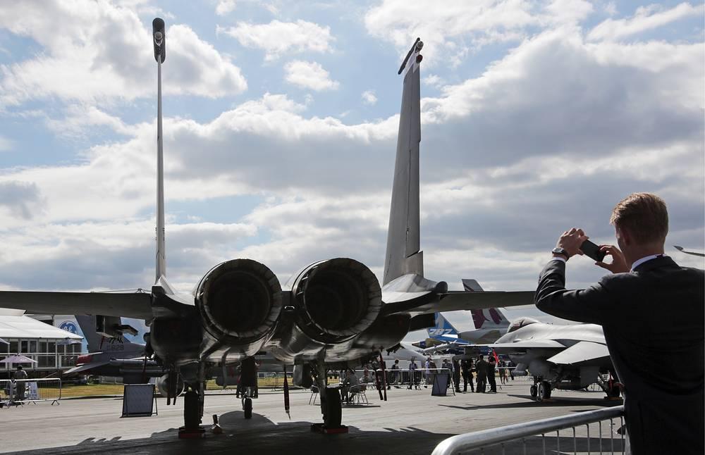 """Салон, проходящий раз в два года, является одним из крупнейших в мире рынков гражданской и военной летной техники. На фото: посетитель на открытии авиасалона """"Фарнборо"""""""