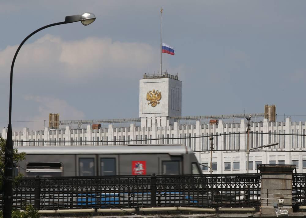 Приспущенный флаг на здании правительства РФ в день траура по погибшим
