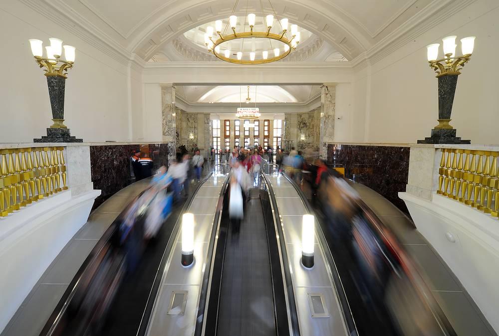 """Станцией """"Парк Культуры"""" Кольцевой линии пользуется около 50 тыс. пассажиров в сутки, однако трехленточный эскалатор просто не успевает вывозить всех пассажиров на поверхность в часы пик"""