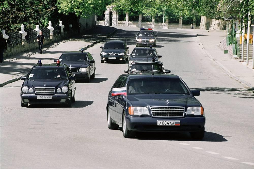 """Борис Ельцин в бытность председателем Верховного Совета РСФСР в 1990 году передвигался на """"Волге"""" ГАЗ-3102. Став первым президентом России (1991-1999), пересел сначала на бронированный лимузин ЗИЛ-4105 (ЗИЛ-117), а потом на Mercedes S500 Pullman Guard (W140)"""