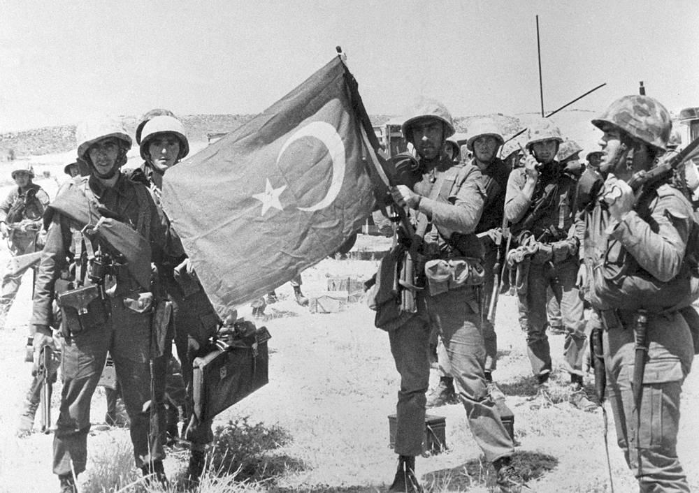 """Операция по вторжению Турции на Кипр получила название """"Атилла"""". На фото: турецкие войска в Никосии, 20 июля 1974 года"""