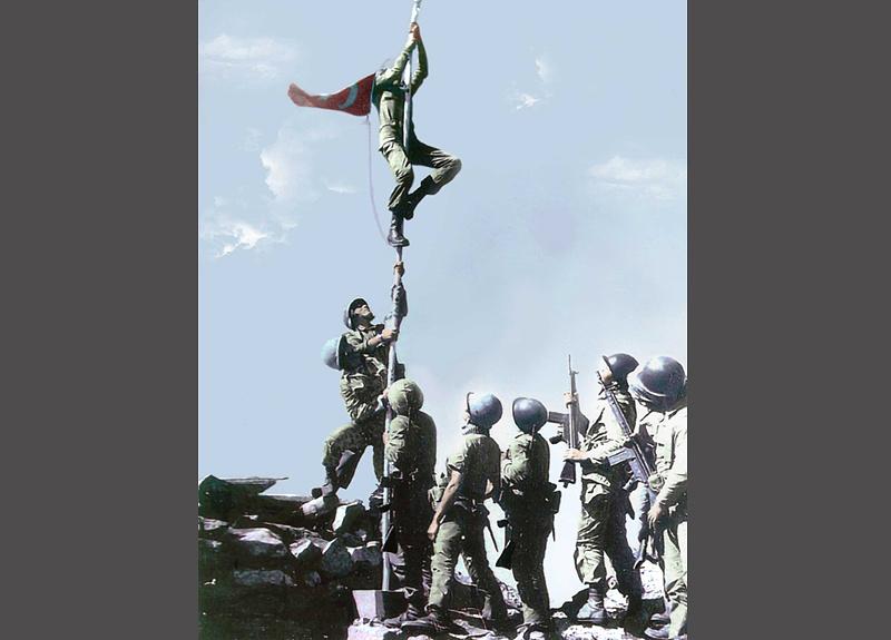 23 июля активные боевые действия были завершены, стороны достигли временного перемирия. На фото: турецкие военные поднимают флаг в Никосии, 20 июля 1974 года