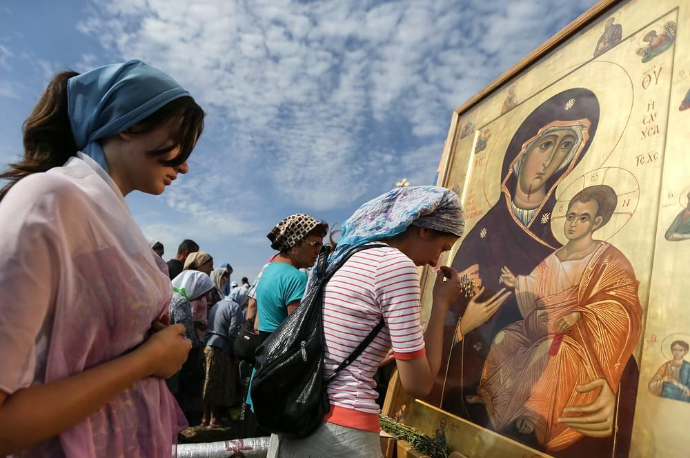Верующие во время божественной литургии в рамках торжеств, посвященных 700-летию со дня рождения преподобного Сергия Радонежского, на Благовещенском поле