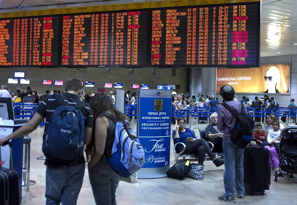 Международные авиакомпании приостановили рейсы в Тель-Авив в связи с опасной обстановкой в Израиле. На фото: пассажиры в международном аэропорту Бен-Гурион в Тель-Авиве