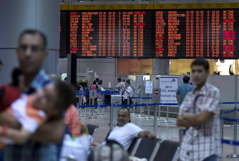 Пассажиры в международном  аэропорту Бен-Гурион