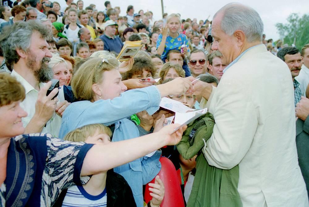 Никита Михалков с поклонниками в селе Сростки. Шукшинские чтения, 1999 год