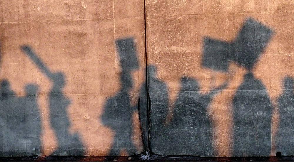 Налог на тень. Налогу подвергались и нематериальные объекты. Примером тому стала Венеция, которая в 1993 году ввела налог на тень. Согласно данному правилу, все заведения, чья тень от тентов и зонтов падает на городскую землю, обязаны это оплачивать. В городе избавиться от тени довольно сложно, поэтому налог регулярно пополняет городскую казну