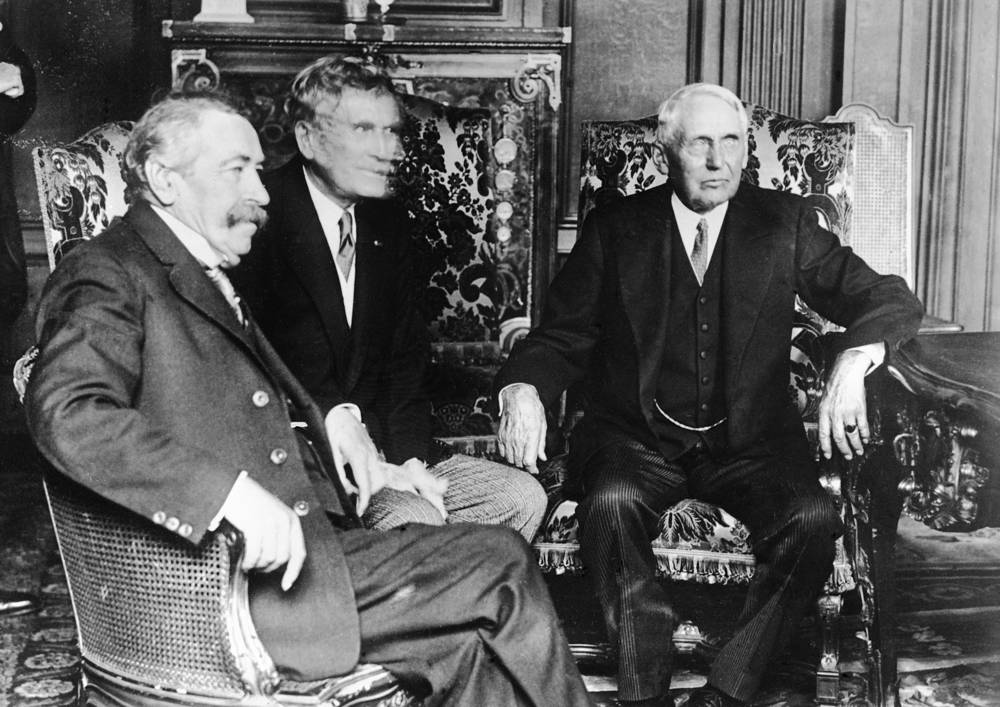 Министр иностранных дел Франции Аристид Бриан, посол США во Франции Мирон Т. Херрик и госсекретарь США Франк Келлог. Гавр, 1928 год. Келлог подписал договор об отказе от войны в качестве орудия национальной политики - Пакт Бриана-Келлога, за что в 1929 году был награждён Нобелевской премией мира